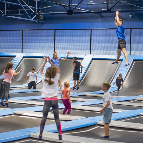 Park trampolin – doskonała zabawa dla młodszych i starszych!